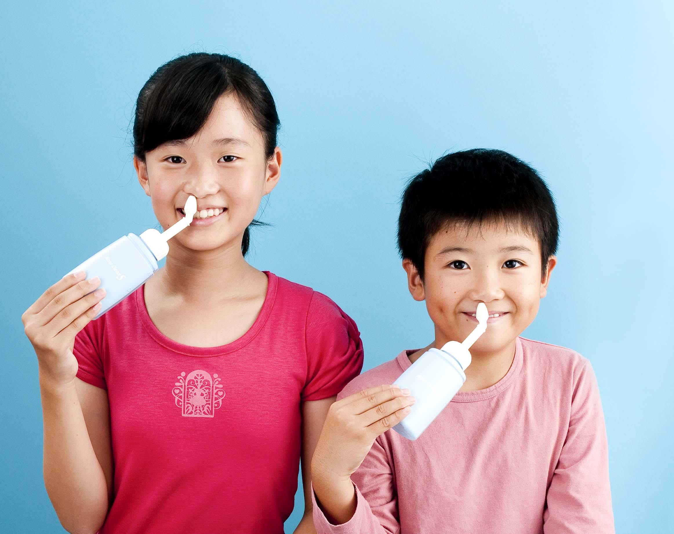 ハナクリーンS使用イメージ-男の子+女の子・青-【圧縮】