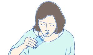 ボトルを押して鼻を洗浄する