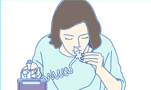 ポンプを押して鼻を洗浄する